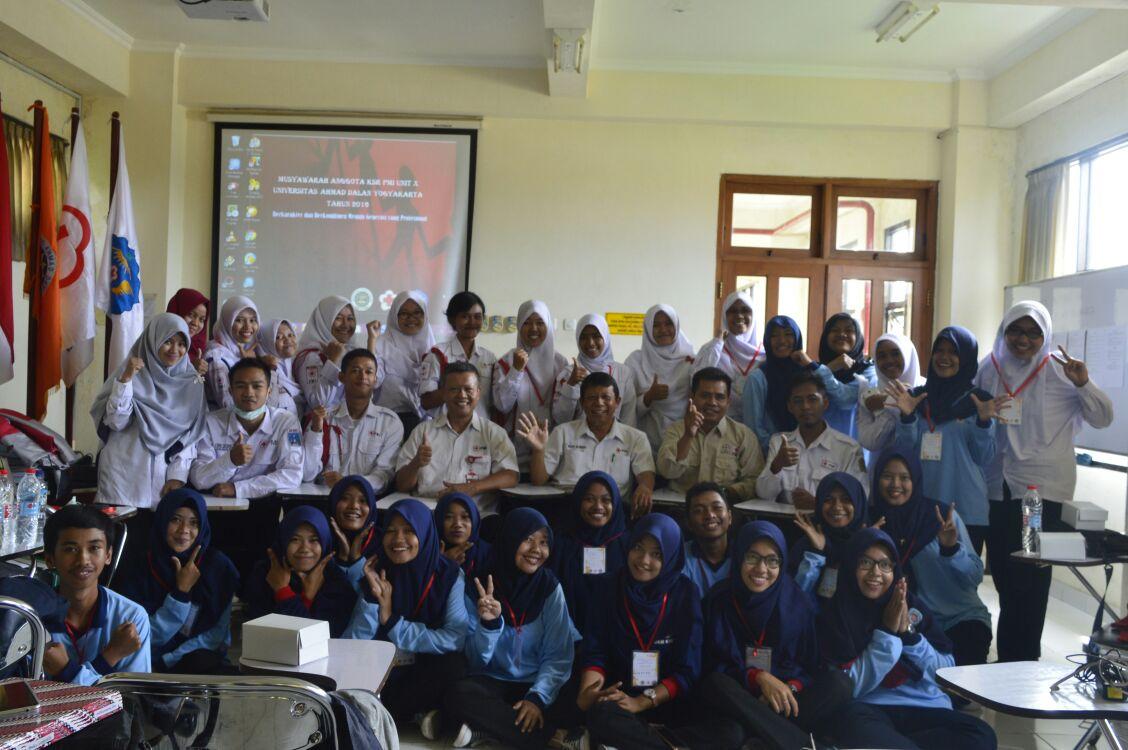 Anggota KSR PMI UAD foto bersama tamu undangan pada pembukaan musyang 2016