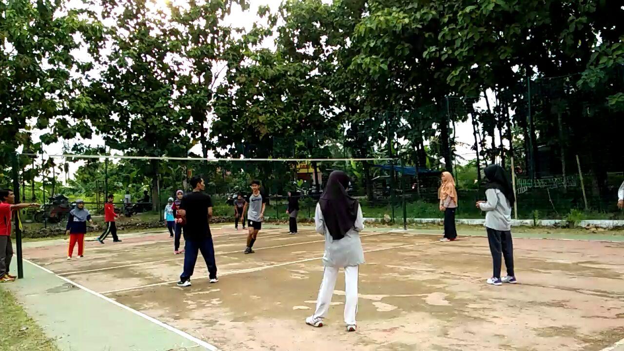 <p>(16/03) latihan rutin materi olahraga voli, dengan mengundang pemateri dari UKM Bola Voli UAD</p>