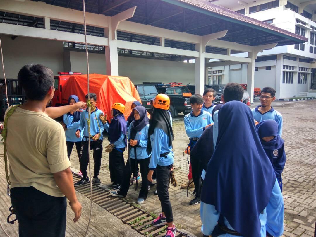 Belajar tali-temali dan penyelamatan vertikal :)