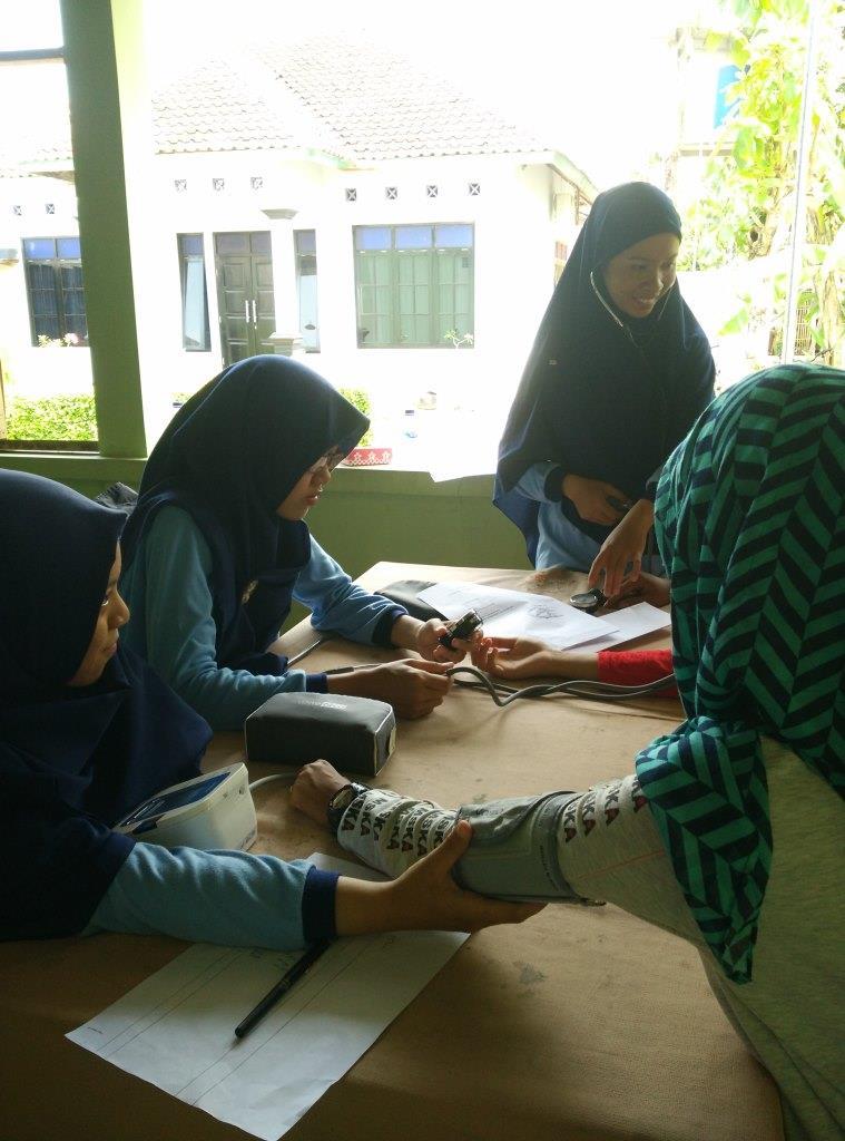 Anggota KSR PMI UAD saat melakukan pemeriksaan kesehatan di Dukuh Paten, Pundong, Bantul